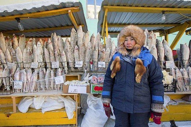 Pazarda tezgahta duran tüm ürünler donmuş olarak satılıyor.