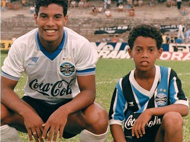 8 yaşında babasını kaybeden Brezilyalı yıldız, yokluklar içinde geçen çocukluk yıllarının ardından abisi Assis'in desteğiyle futbola başlamış, küçük yaşına rağmen yetenekleriyle izleyen herkesi kendisine hayran bırakmıştı.