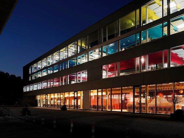 Avrupa'nın en büyük Google ofisi Zürih'te bulunuyor. Eski bir bira fabrikasından dönüştürülen binada Google Maps, YouTube ve Gmail gibi departmanlarda 2000 çalışan var.