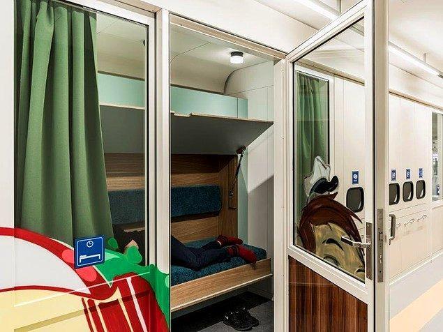 Ve son olarak da yorulan çalışanlar tren kompartmanları olarak tasarlanmış bu yataklarda dinleniyor.