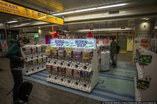 12. Otomatlı mağazalar. Japonya'da her köşede sokak satıcıları değil de, otomatlı makineler görürseniz şaşırmayın. Birçok mağazada da bu sisteme geçilmiş, para ya da kartınız ile kimseyle konuşmak zorunda kalmadan makineden istediğiniz şeyi alabilirsiniz.