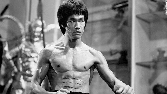 Sinema ve dövüş sanatlarındaki üstün niteliklerinin yanında bir Kung Fu stili olan Jeet Kune Do'nun da mucidi olan Lee, hayatının her alanında oyunu aynı kurallarla oynuyordu.