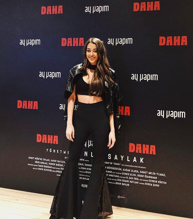 16. Dilan Deniz'in ispanyol paça pantolonu harika görünüyor. Siyahlar içerisinde onu oldukça şık bulduk..😍