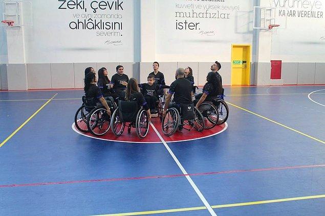 Dansçılardan 33 yaşındaki Burhan Elli spina bifida, yanı açık omurga hastası. Bu hastalık onu tekerlekli sandalyeye mahkum etti ama basketbol oynamasına, dans etmesine engel olamadı.