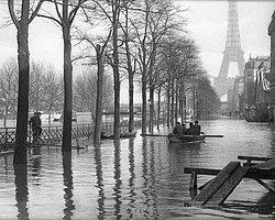 """Парижские наводнения: 10 приколов на тему """"Что было бы, если бы река Сена полностью поглотила столицу Франции?"""""""