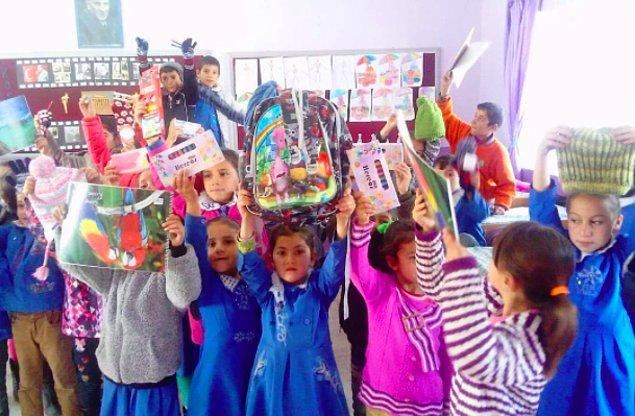 4. Mutluluğun fotoğrafını çektiler: Yardımseverler ile okullar arasında köprü kuran gönüllü grubu 'Çarşı Kadın' Diyarbakır'daki bir okula yeni yıl hediyeleri yolladı.