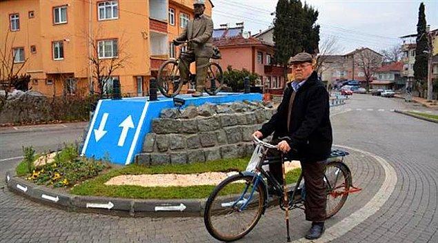 11. Dünyamızı gerçekten iyilik kurtaracak: Zonguldak'ta 52 yıldır ulaşım aracı olarak bisiklet kullanan İsmail Zengin'in heykeli dikildi.