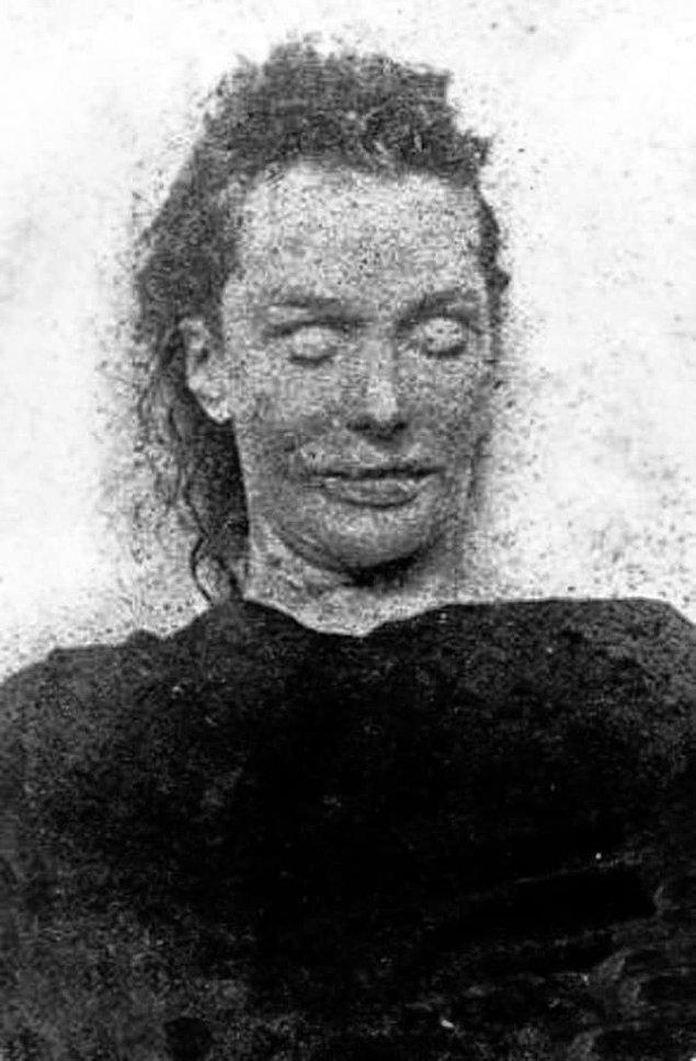 5. 30 Eylül 1888'de Elizabeth Stride boğazı kesilmiş bir halde bulundu. Cinayet aceleyle işlenmişti o yüzden Karındeşen Jack'in yapmamış olduğu söylentisi çıktı.