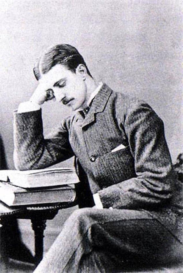 8. Şüphelilerden biri olan Montague John Druitt, işlenen cinayetlerin yakınlarında bir yerde tıp okuyor ve kuzeni ile birlikte yaşıyordu.