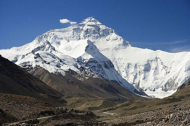 5. Everest'in zirvesine doğru 18 adet resmi tırmanış yolu bulunmaktadır.