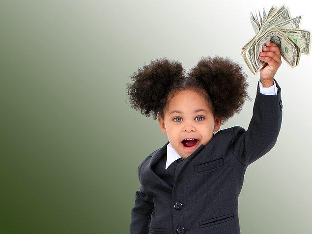 Essence Evans, hem kızının maddi gerçekleri öğrenmesini istiyor hem de ondan kestiği bu parayı onun hesabında biriktiriyor.
