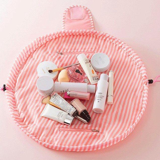 4. Makyaj malzemelerinizi ve diğer kişisel bakım ürünlerinizi tatile çıkarken bir bohça edasıyla topluca alıp götüren bu büzgülü çanta