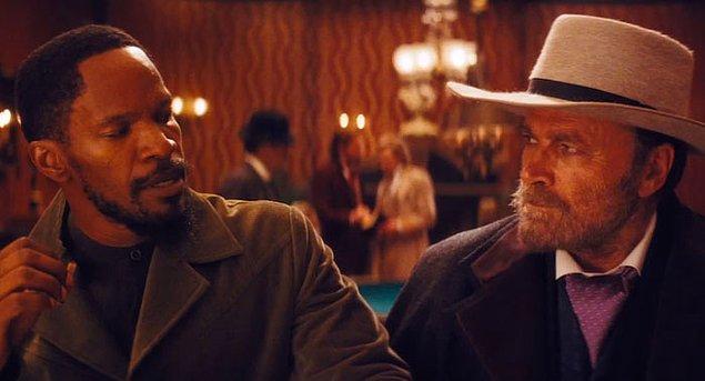 9. Zincirsiz filminin ana karakteri Django'ya barda bir adam ismini sorar. Django ismindeki D harfinin okunmadığını söyleyince adam 'Biliyorum' diye cevap verir. İsmini soran 1966 yapımı orijinal Dijango'dan Franco Nero'dur.