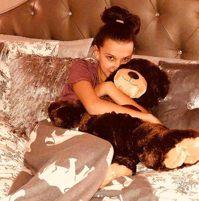 Millie, yakınlarda kendisine hediye gelen oyuncak ayı ile bir fotoğraf paylaştı.