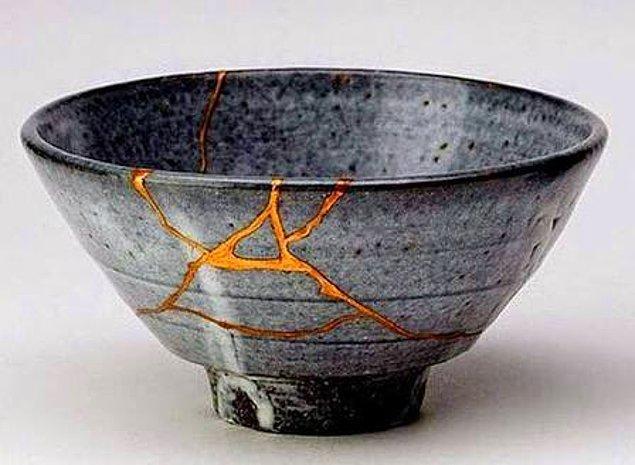 12. Kintsugi ya da kusurdaki güzelliği görme bilgeliği ya da kırılan eşyaları değerli madenlerle tamir etme sanatı.