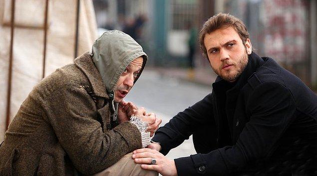 Yamaç hemen Nazım'ın peşine Aliço'yu taktı. Nazım'ın ofisine giden Aliço bir de ne görsün? Bunun öpücük aşkı Gazeteci Kız Nazım'la buluşmuş onunla işbirliği yapıyor!