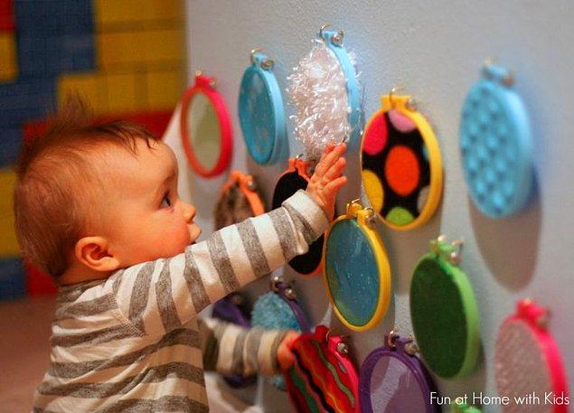 13. Küçük bebeklerin eğlenceli ve öğrenerek vakit geçirmesi için uygun bir oyun tahtası