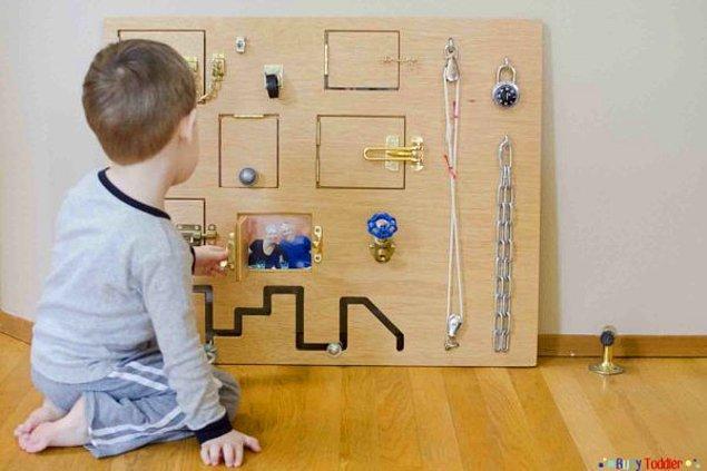 17. Büyük bir suntadan yapılan bu oyuncakta kapı kilitleri, şifreli kilitler, miniş şalterler, ipler, zincirler ya da benzer malzemeler kullanılabilir.