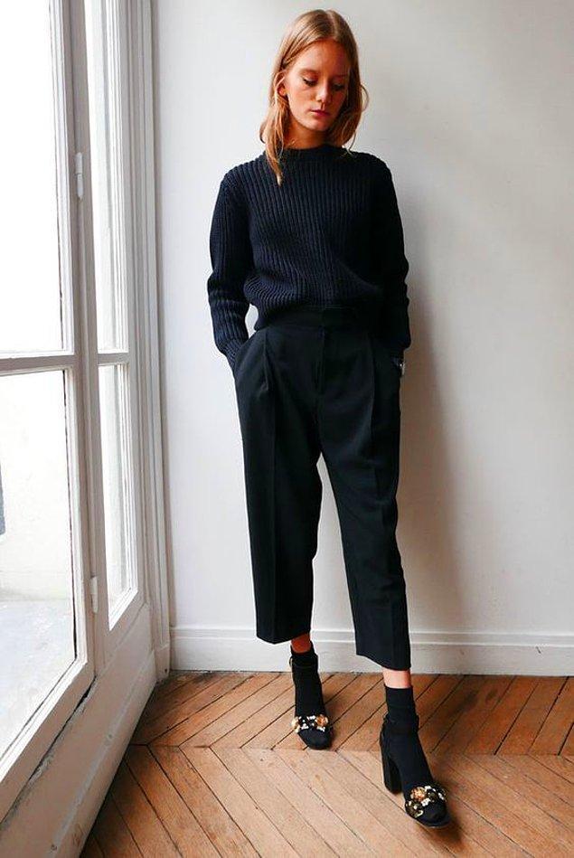 Kafanızın çok karışık olduğu, giydiklerinizin gözüne bir türlü şık görünmediği bir günde siyah bir monokrom stili deneyin.