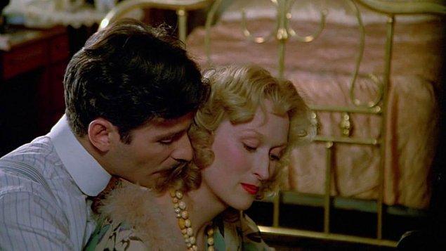 4. İkinci Dünya Savaşı sırasında yaşayan Yahudi bir annenin yürek burkan dramını izlediğimiz Sophie'nin Seçimi adlı filmle 1983 yılında dördüncü Oscar adaylığı...