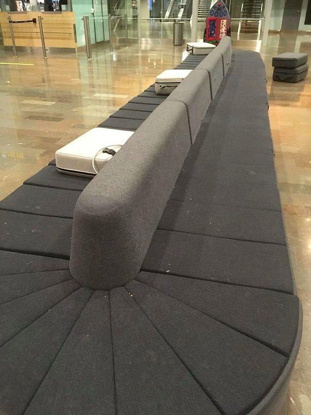 15. Bagajların gönderildiği stand gibi görünse de, üstünde valiz benzeri yastıkları olan bir koltuk 🤗