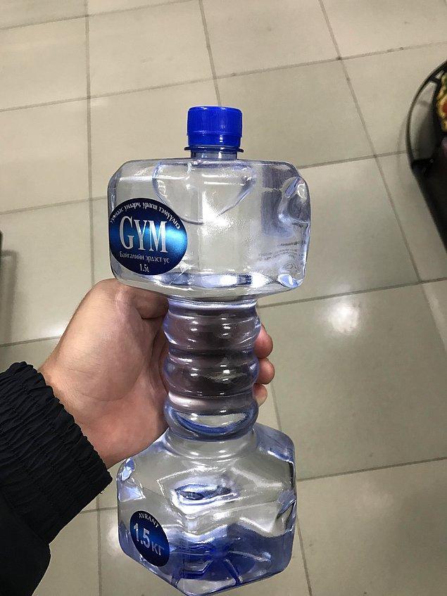 """14. Dambıl şeklinde tasarlanmış bir su şişesi. (Yemeğe """"besin"""" diyen beylere benzemiyor mu?) 🙄"""