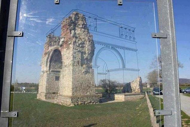 23. Yaratıcı bir otobüs durağı tasarımı. (Türkiye'de olsa direkt tarihi yapıya müthiş (!) bir restorasyon yapılırdı.) 😒