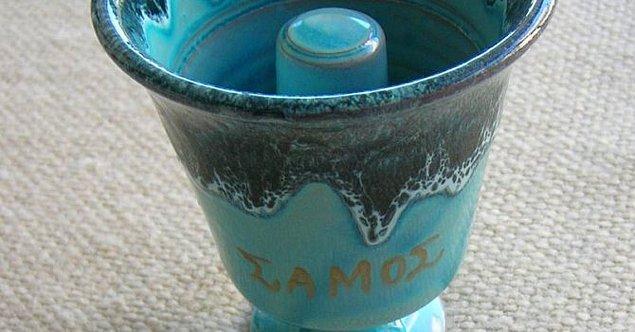 13. Pisagor'un adalet kupası eğer bardağı çok doldurursanız şarap içinden tamamen boşalsın diye icat edilmiştir.