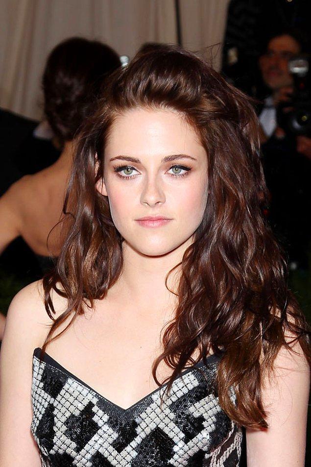 8. Uzun kumral saçlarını deli gönlümüze bağladığımız Kristen Stewart, bir anda kısacık ve platin saçlı biri olarak çıkmıştı karşımıza!