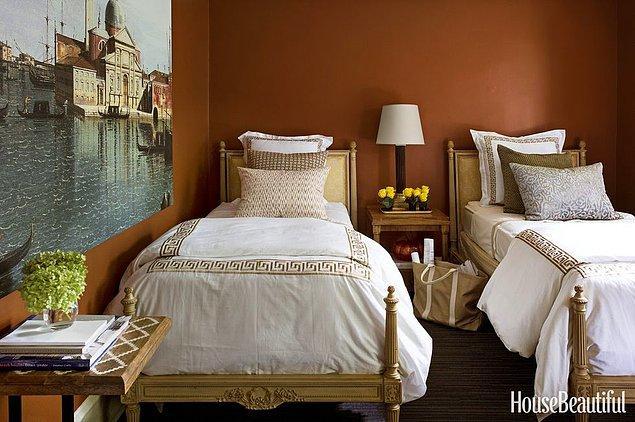 21. Terracotta rengiyle romantik bir film sahnesinden kalma yatak odası