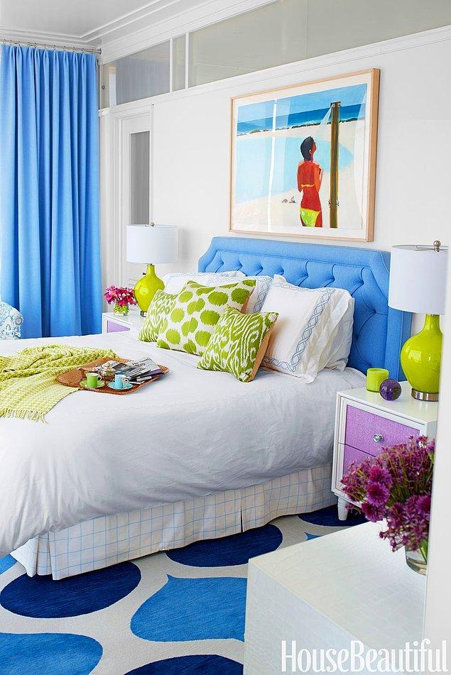 24. Lim yeşili ve pastel mavi ile hem sıcak hem de ferah yatak odası