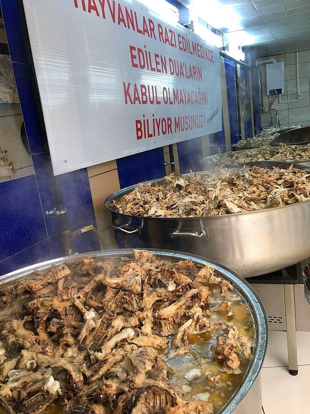 Her gün sokak hayvanları için 1.5 ton yemek pişiyor.