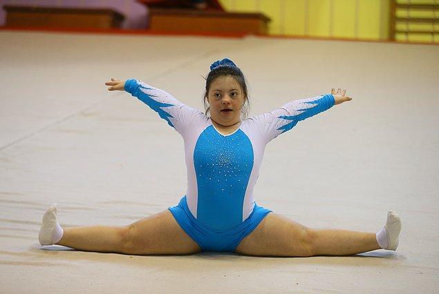 Buz pateni ve jimnastik yaparken giydiği renkli kıyafetlerden çok hoşlandığını söyleyen Selin, herkesi spor yapmaya ve yarışmaları izlemeye davet ediyor.