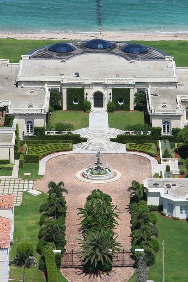 Neoklasik bir saray olarak tanımlanan yapı 5.760 metrekarelik bir alanda yer alırken, harici yapıları ile 7.594 metrekarelik bir alanı kaplamakta.