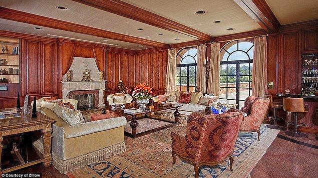 3'er katlı 6 ayrı kompleksten oluşan bu malikane, Beverly Hills'in en ikonik evi.