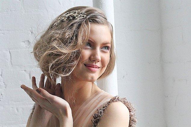 Eğer kendi saç modelinizin katları, perçemi veya kahkülü varsa bu parçaları dışarı çıkararak farklı modeller deneyebilirsiniz.
