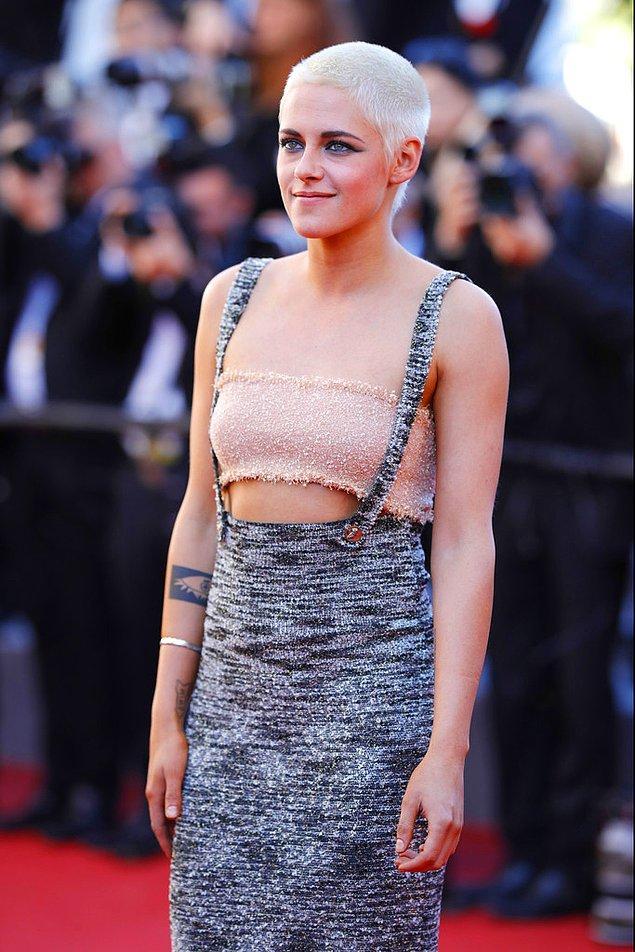 Kristen Stewart bu, durur mu? Herkesi kendine hayran bırakan bu saç modeli de geride kalmış, 2017 yılında yine Cannes'da pixie saçlarıyla kameralara poz veriyordu.