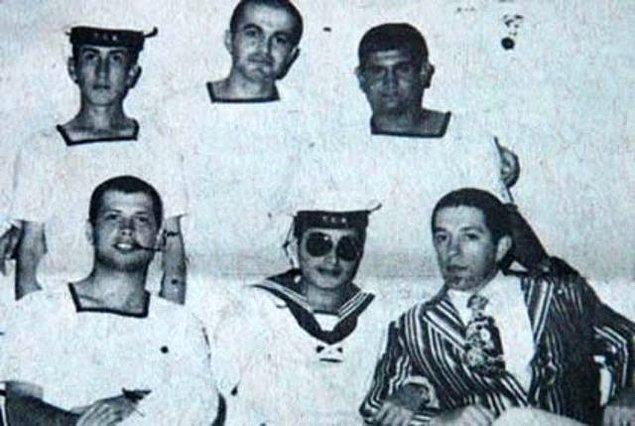 4. 1976 yılında Gölcük'te bahriyeli olarak askerliğini yapan Bülent Ersoy, Müzeyyen Senar ekolünün temsilcisi olarak başladığı sanat hayatında pek çok klasik Türk müziği eserini seslendirdi.