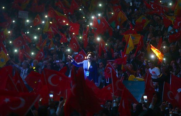 """Kurultayın yapıldığı salona gelen Akşener, partilileri selamladı. Bu sırada partililer """"Cumhurbaşkanı Meral Akşener"""" sloganları attı."""