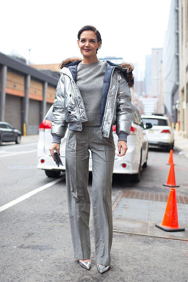 Katie Holmes gibi metalik gri parçalarınızı gündüz kombinlerinizde mat grilerle kullanarak stilinize hem çarpıcı hem de sportif bir görünüm kazandırabilirsiniz.