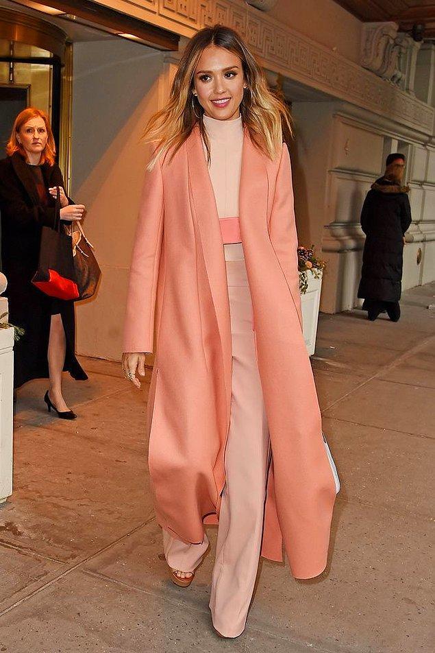 Jessica Alba, tatlı mı tatlı bir renk paletiyle bu stili deneyerek adeta baharın olmazsa olmaz stillerinden birine imza atmış.
