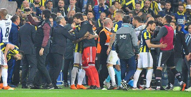 Beşiktaş yedek kulübesinde yer alan kaleci Tolga Zengin, Fenerbahçeli taraftarlarla tartışırken siyah-beyazlı takımın hocası Şenol Güneş, Tolga'yı sakinleştirmeye çalıştı.