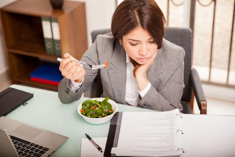 Роспотребнадзор призвал запретить обед на рабочем месте