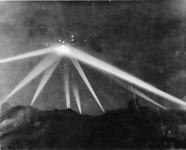 5. İkinci Dünya Savaşı sürerken Los Angeles semalarında ışıklar saçan devasa bir cisim belirdi. Herkes Nazilerin gizli bir silahı olduğunu düşünse de değildi. Tarihe Los Angeles Savaşı olarak geçen bu cisim neydi peki?