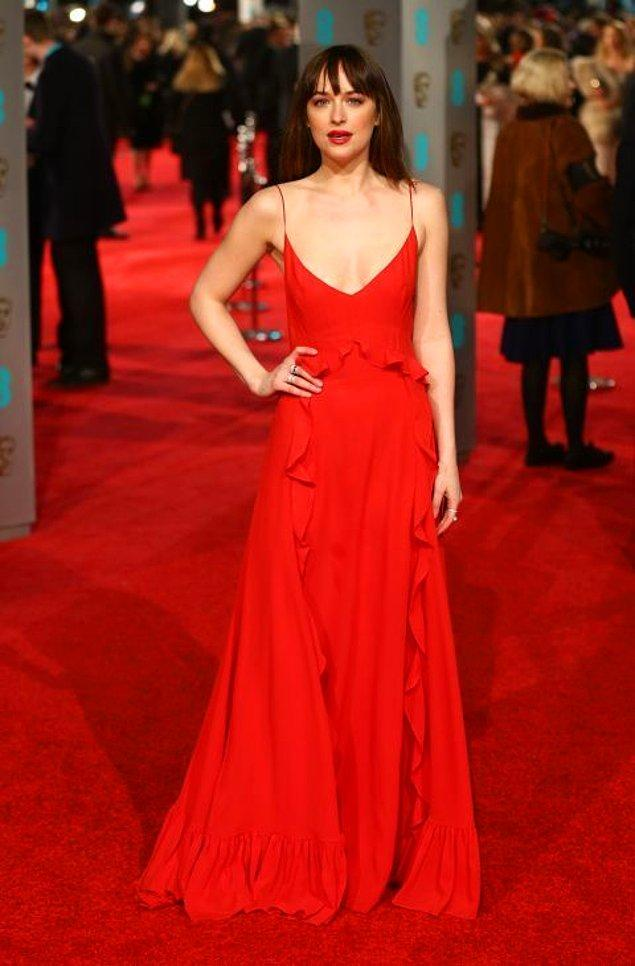 6. Dakota Johnson sade bir elbise tercih etmiş. Sade olmasına rağmen hâlâ seksi. 😎