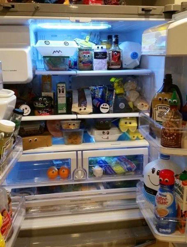 13. Eşinin kendisini özel hissetmesi için buzdolabındaki bütün gözlerin ona çevrilmesini sağlayan pek sevgili eş.