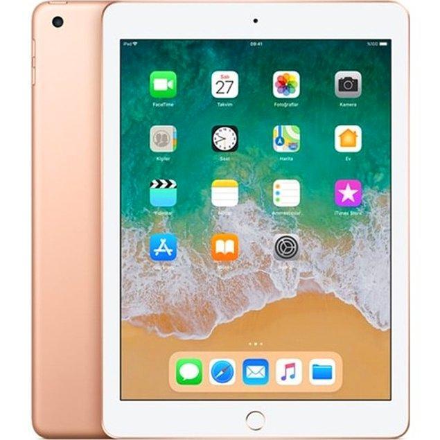 """9. Bonus: Benim annemi telefon kesmez ona şöyle kocaman ekranlı, hızlı mı hızlı, oyun oynayıp bir şeyler okuyabileceği bir tablet alayım diyenler varsa onlara da önerimiz Apple iPad 6.Nesil  32GB 9.7"""" Wi-Fi IPS Tablet"""