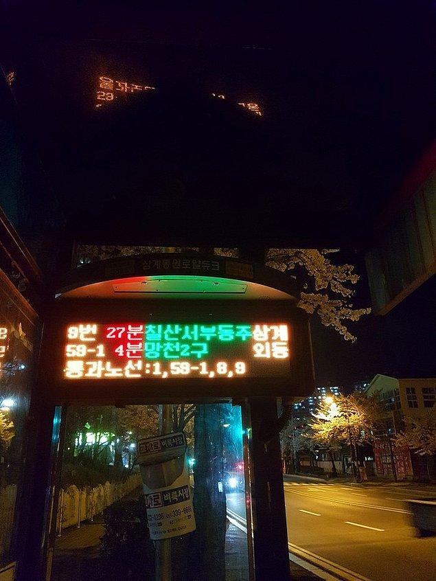2. Tüm otobüs duraklarında otobüslerin geliş saatini gösteren LED ışıklı tabelalar bulunur.