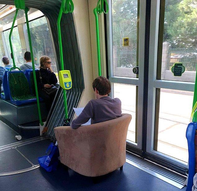 14. Herkes kendi koltuğunu getirirse yer problemi ortadan kalkar diye düşünen biri...