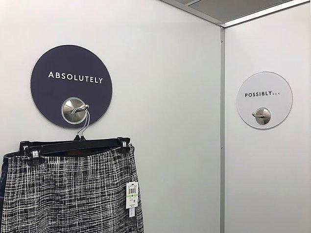"""9. Bu deneme kabini, işinizi küçük etiketlerle daha kolay hale getirerek """"Hangisini alsam?"""" derdinizi azaltabilir. 🤔"""